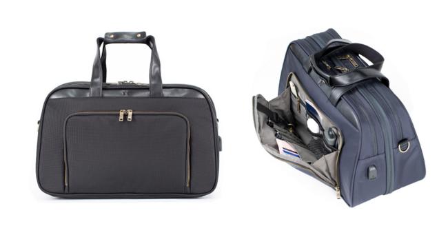 ブラックとブロンズジッパー(左)のモデルは本国アメリカでも人気ナンバー1のカラー。ネイビーとシルバージッパーモデル(右)。バッグの前面にはペンやキー、小銭、パスポートが入る細かなポケット。USBポートも内蔵されています。