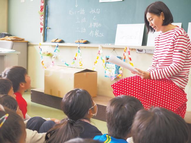 「代表の有川による小学校での読み聞かせボランティアの様子。」