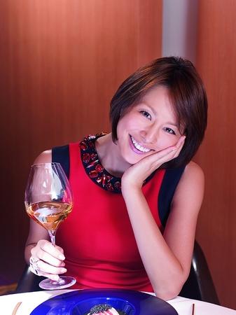 ワインを飲む米倉涼子