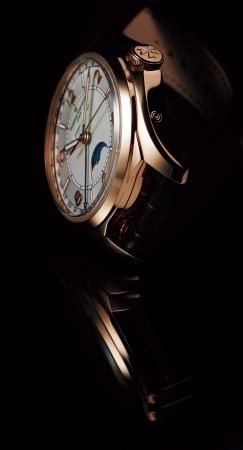 2948421893 最先端メカニズムが融合された「ブレゲ クラシック 5177」の腕時計を着用。特集の世界観が滲み出るカットにも注目です。