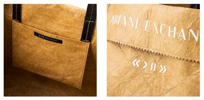 バッグの折り返りになっている開口部には、さりげなくブランドネームが入り、デザインアクセントになっています。