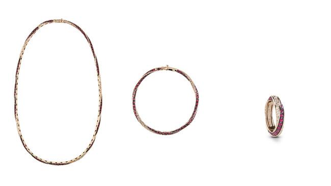 左から Circle ダイヤモンド、ホワイトゴールド、ルビーのネックレス ¥3,600,000(税抜き価格) Circle ダイヤモンド、ホワイトゴールド、ルビーのブレスレット ¥1,600,000(税抜き価格) Circle ダイヤモンド、ホワイトゴール