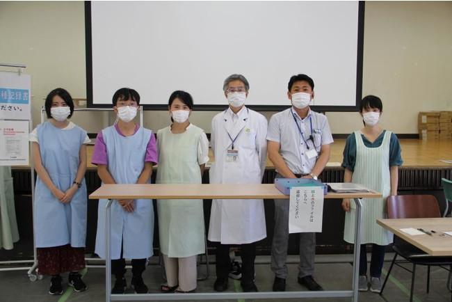 岩崎保健管理センター長や最終日の運営にあたった学生スタッフ、プロジェクトチームメンバー