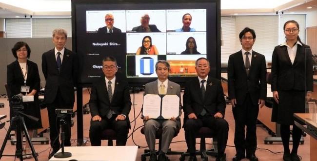 集合写真(槇野学長(中央)、那須副市長(右から3番目))