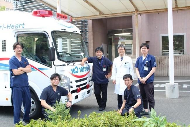 前田嘉信理事・病院長と高度救命救急センターのスタッフ