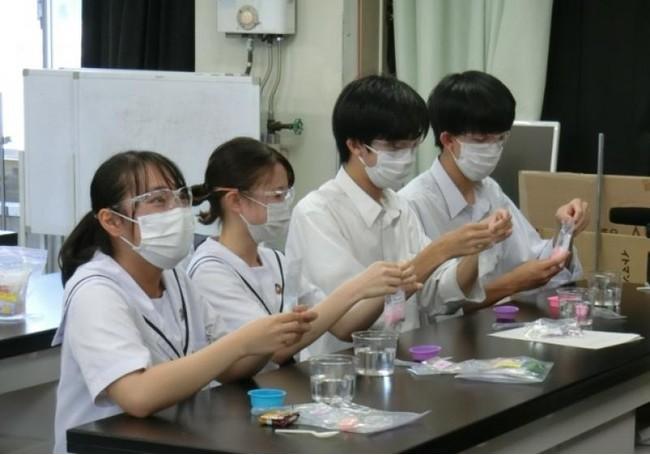 オンラインで同時に実験をする岡山一宮高等学校の学生達