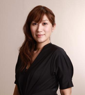 山田由理香 花王株式会社ビューティリサーチ&クリエーションセンター シニアメイクアップアーティスト。 各種ブランドの美容技術開発とメイクアップを担当し、イベントでも活躍中。