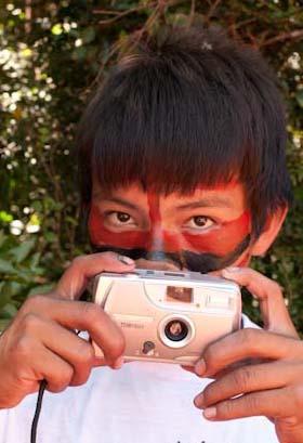 ローサ・ガウディタ-ノ《写真撮影を学ぶグアラニ=カイオワ族の若者(ブラジル、マトグロッソ・ド・スル州)》1991年 (C)Rosa Gauditano