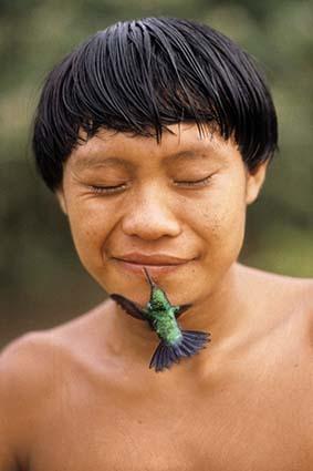 ローサ・ガウディタ-ノ《ハチドリとヤノマミ族の若者(ブラジル、ロライマ州、デミニ村)》1991 年 (C)Rosa Gauditano