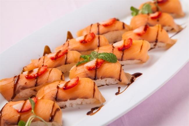 いちごとスモークサーモンの寿司