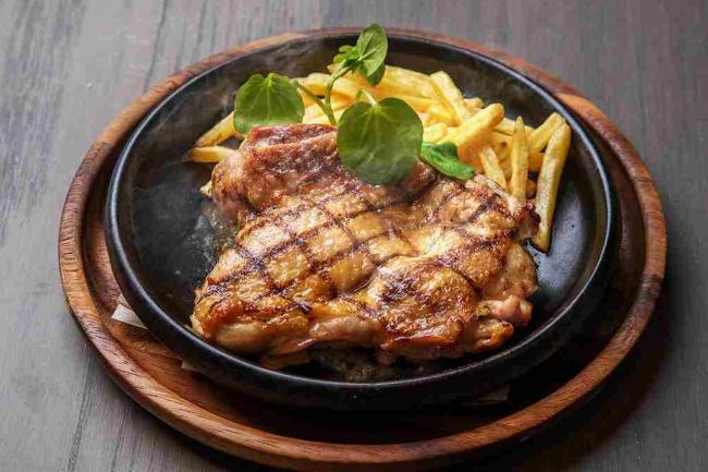 大山鶏のグリルステーキ 青森産にんにくのガーリックソース