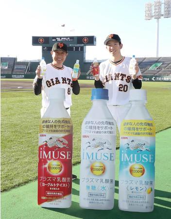 (左から)宮本和知(みやもとかずとも)投手チーフコーチ、 戸郷翔征(とごうしょうせい)選手