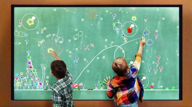 チームラボ、くだまつ健康パーク(山口)にオープンするキッズパークCottonに、タッチしたり線を引くとインタラクティブに世界が変化する「小人が住まう黒板」を常設展示。