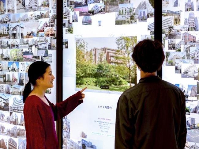 東急プラザ渋谷内の東急リバブル 渋谷センターに、その場でたくさんの物件情報と出会え、渋谷の歴史に触れられるタッチパネルサイネージ「Digital Information Wall」を導入。