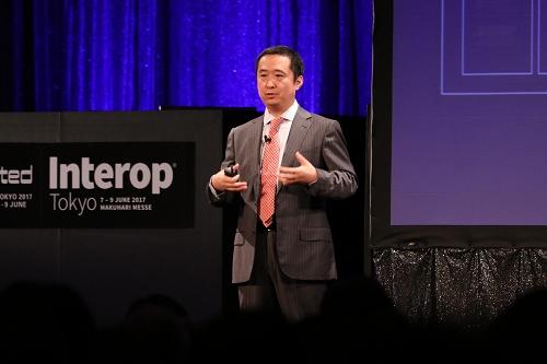 Interop Tokyo 2017で基調講演を行うファーウェイ プロダクト・ソリューション グループ ネットワークR&D部門プレジデントの劉少偉