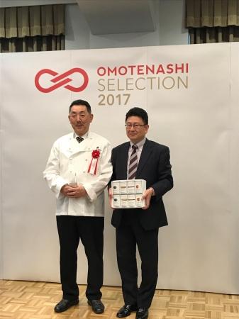 札幌グランドホテル小泉総料理長(左)と柴原物販事業部長(右)
