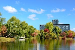紅葉で彩られる中島公園に佇む「札幌パークホテル」