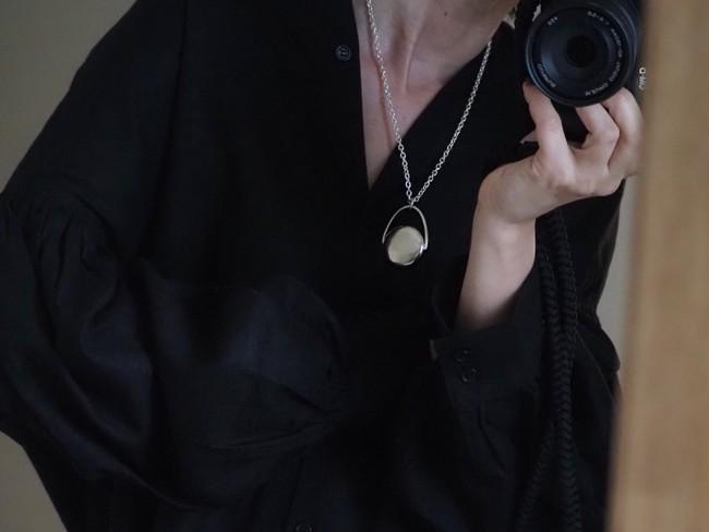 シルバー925を使用した本格ジュエリーはフォルムや質感はもちろんのこと、重さやつけ心地など使用した際のことを考え細部にこだわった。【 Silver 】Moon long necklace 50600円(税込)
