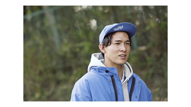 「M-65フィッシュテールパーカ」と「メカニックキャップ」を着用した、柳澤亘選手。