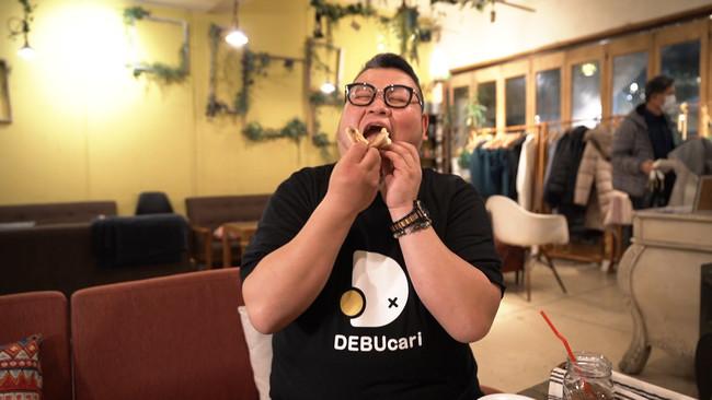 美味しそうにピザを頬張るデブ