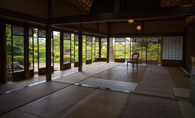 本間美術館では、古書、骨董、絵画など本間家収集の美術品の展示や日本庭園の散策が楽しめます