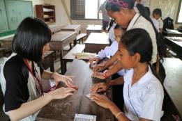当財団が建設支援した小学校で交流する日本の高校生