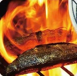 【高知市卸売市場直送・生かつおの藁焼きたたき】市場に入荷した生かつおを、市場でさばき市場で藁焼きしました。熟練の職人による完全手焼き。