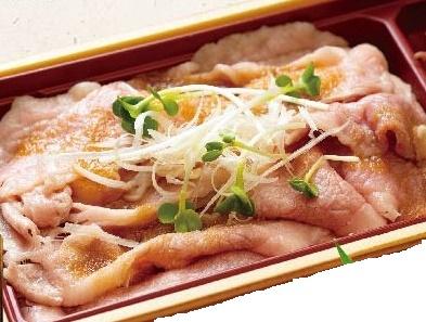 【土佐あかうしの牛飯弁当】「土佐あかうし」は高知県内でしか飼育されていない「高知の和牛」。この土佐あかうしの薄切り肉をサッと湯を通し、少し酸味の効いた特製の和風おろしダレでさっぱりと仕上げました。