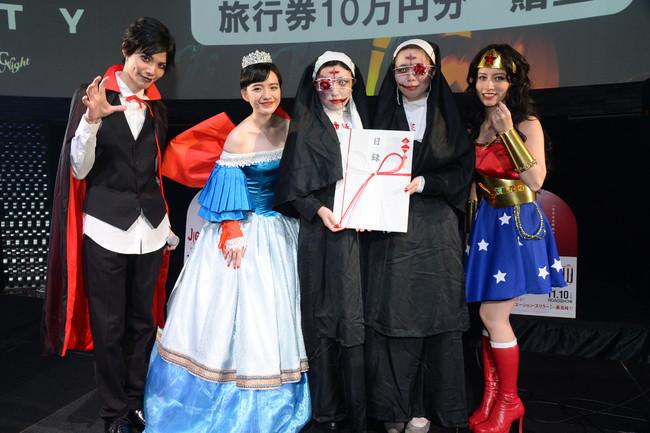 仮装コンテストでグランプリを獲得した二人と健人、  小島藤子、  ドーキンズ