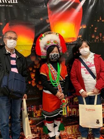 アミ族衣装を身にまとったスタッフとの記念撮影