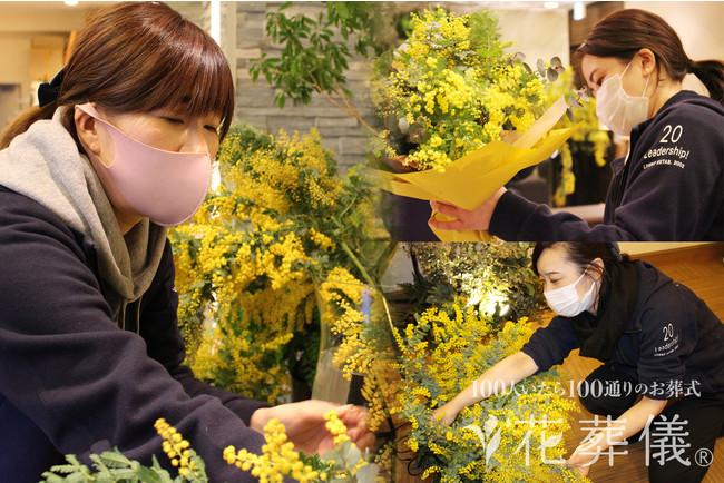 花葬儀の女性フラワーデザイナー