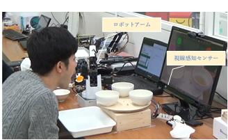 自助による咀嚼介護ロボットを用いた食事の様子