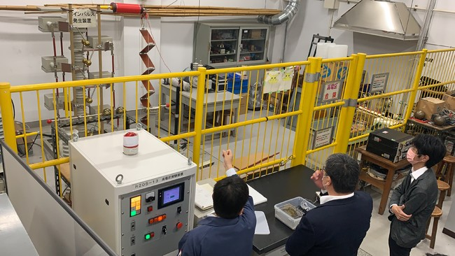 有明高専内にある高電圧パルスで静電気等を発生させる装置を見学しました