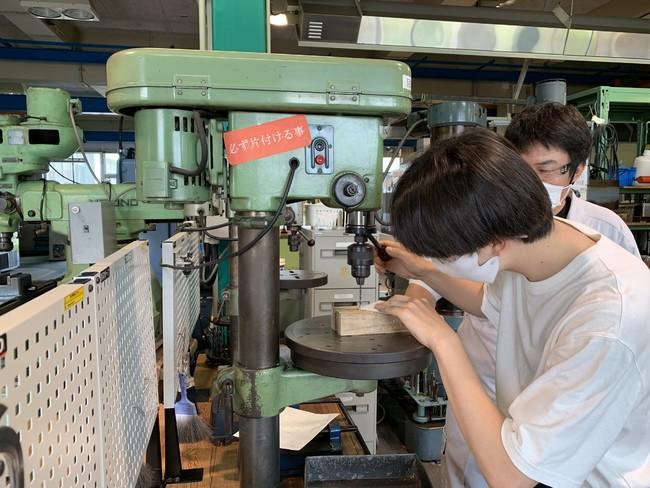 所属コースでは経験できない金属加工を担当学生が体験しました