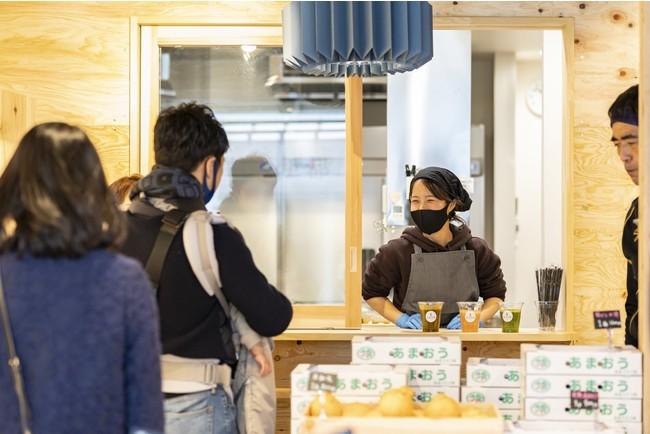 併設されたキッチンでは弁当やスムージーが作られる