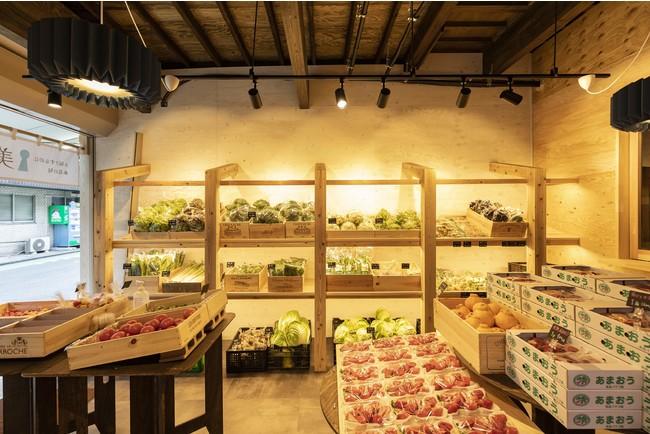 おしゃれな店内には新鮮な野菜が並ぶ