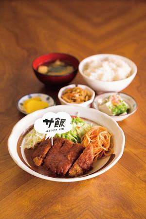 大五郎食堂の「大五郎定食」はメンチカツに乾シイタケやニラを隠し味に。  汗で⽼廃物を流したあとは、栄養豊富なサ飯を豊後大野では味わえます。