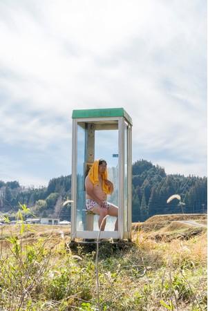 映画『サウナのあるところ』の名シーンを再現したフォトスポット『SAUNA BOOTH』。電話ボックス越しに豊後大野の田園風景や清流が望めます。