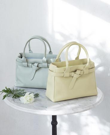 Ⅳ.キレイめもカジュアルも、どちらの着こなしにも似合うハンドバッグ。革のリボンで、さりげない華やかさをプラス/クラルテ ハンディカフェトート 38,500円(税込)
