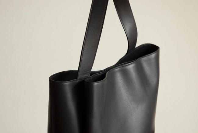 ▲デザインポイントのタックポケット。 マグネット留めなので、小物の収納も安心。