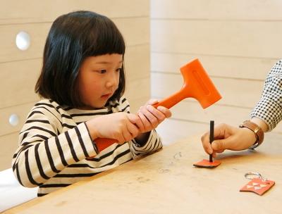 54497f677847 4月のまいにちワークショップは、子どもの健やかな成長を願って飾る「鯉のぼり」をモチーフとした革のキーホルダーづくりです。トンカチやペンチなど道具を使い、 革に ...