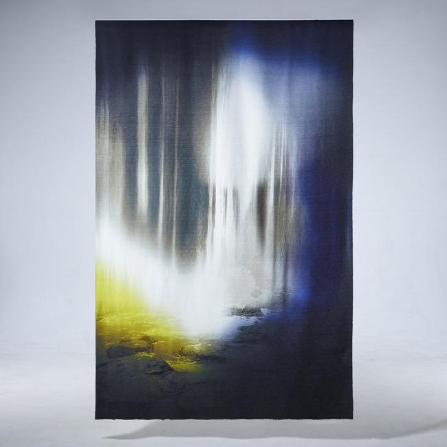 岩間から滝壺に流れ落ちる清流が木漏れ日に照らされ、神秘的に光り輝く様を描いた「青岩清流図」