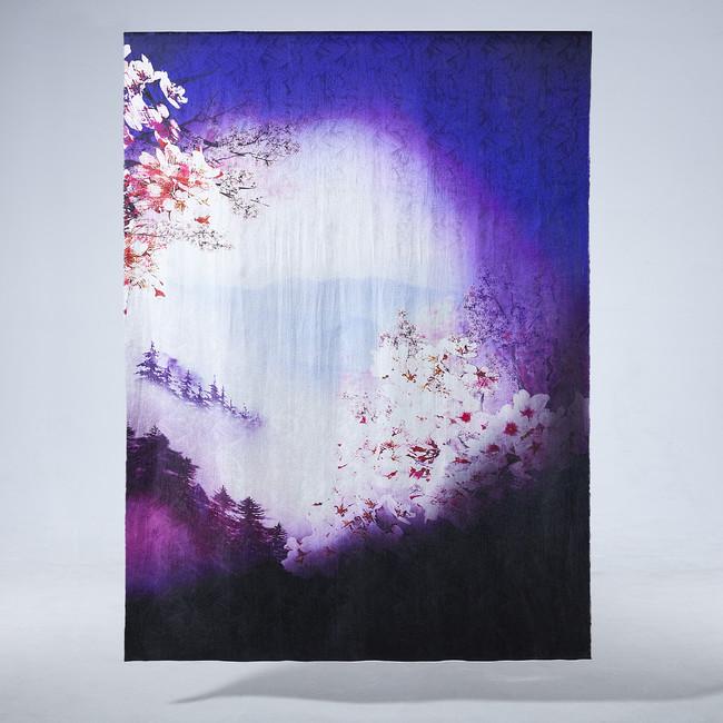 霞かかる春の山合いに咲き誇る桜と陽が沈む夕暮れを描いた「霞山桜花図」