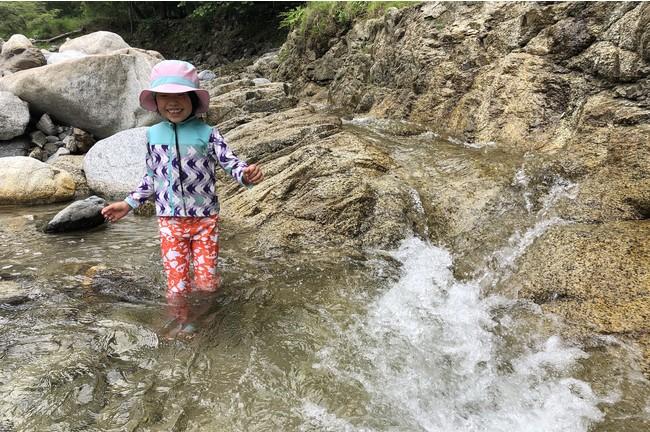 年齢を問わず、子どもから大人まで遊びやすい場所がたくさんある川が、キャンプ場内を流れる