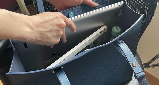 ノートPCにA4ファイル、筆記具や充電器、ペットボトルや折りたたみ傘まで 多めの荷物もすっきり一つにまとめられる、ビジネスシーンで頼りがいのある収納力