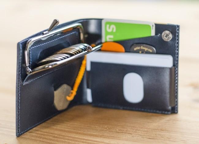 超薄1cmに小銭999円以上、カード8枚、紙幣や鍵も収納