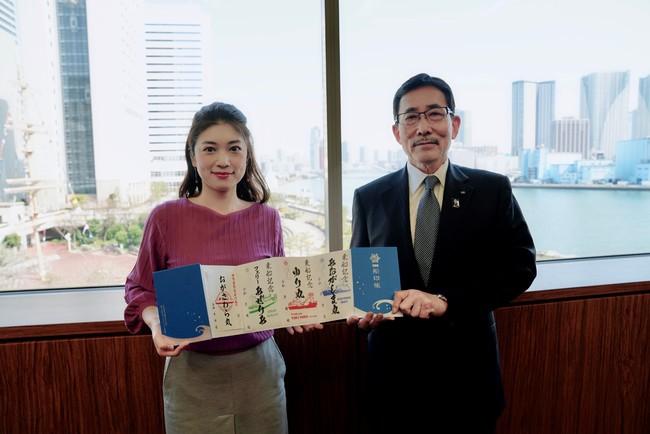 一般社団法人日本旅客船協会 会長 山崎潤一氏と船旅アンバサダーの小林希氏。公式船印帳を持って