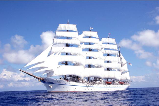 全ての帆を広げる総帆展帆(そうはんてんぱん)で海を進む「帆船・日本丸」