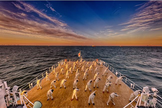 練習船での実習風景。朝6時半の起床後、甲板上で実習生が体操をしている。