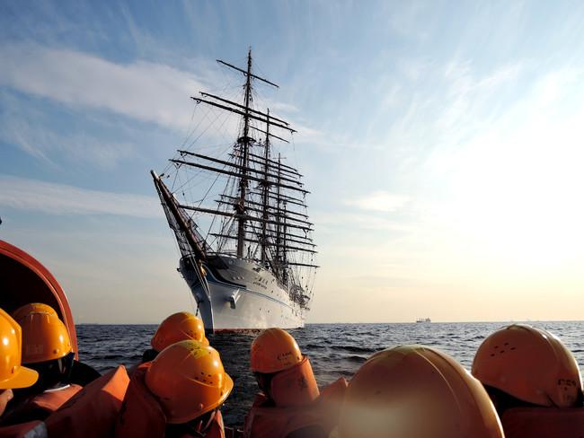 海王丸からの総員退船訓練を行う実習生。